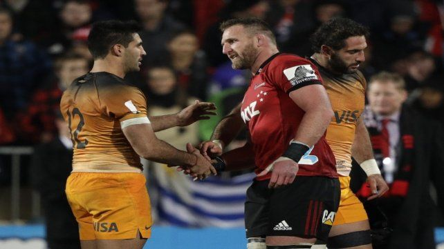 Caballeros. Jerónimo de la Fuente y Kieran Read se saludan tras disputar la final en Christchurch.