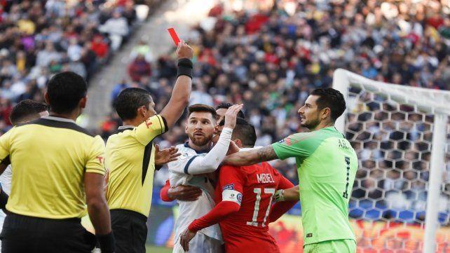 Roja directa. El juez Díaz de Vivar no duda en expulsar a Messi y Medel tras el forcejeo en el primer tiempo.
