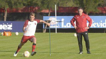Atento. Kudelka sigue los movimientos de Nadalín, que se encamina a ser titular en la Superliga.