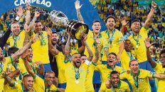 Festejo brasileño. Dani Alves, el mejor del torneo, levanta la novena Copa América que consiguió Brasil a lo largo de su historia.