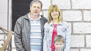 En familia. Alejandra junto a su hijo Mateo y su novio Sandro, poco tiempo antes de su desaparición.