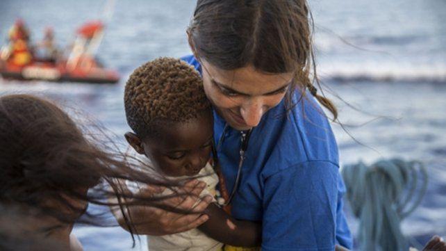 Lampedusa. Trabajadores sociales y militantes asisten a los migrantes.