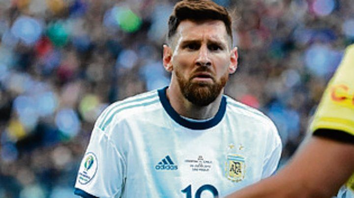 Messi no entendió la roja ante Chile.
