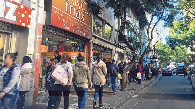 En búsqueda de clientes. La intención de los comerciantes es atraer gente a calle San Luis con buenos precios y promociones.