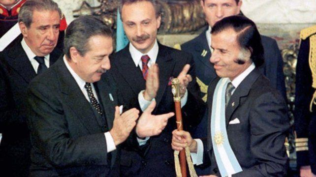 Traspaso adelantado. Alfonsín le entregó los atributos presidenciales a Menem el 8 de julio de 1989.