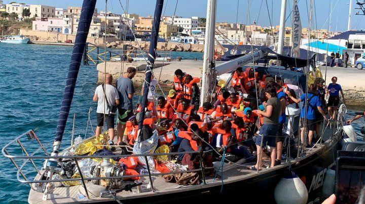 Más tensión en Italia: permiten otro desembarco de migrantes en Lampedusa