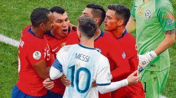 Se armó lío. Messi se le planta a Medel, quien no paró de increparlo. Los dos fueron expulsados en el partido.