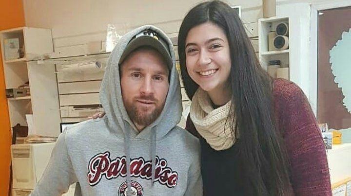Messi sorprendió a todos en el Funes Mall al sacarse una foto carné