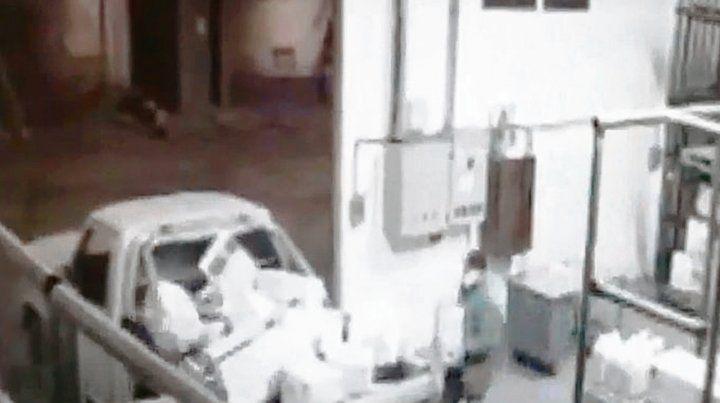 Los ladrones cargaron los bidones en un vehículo de la propia planta.