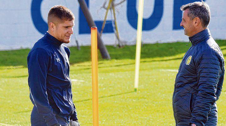 Charla amena. Gil charla con el técnico Cocca en medio del entrenamiento. El Colo podría sumar hoy algunos minutos de fútbol.