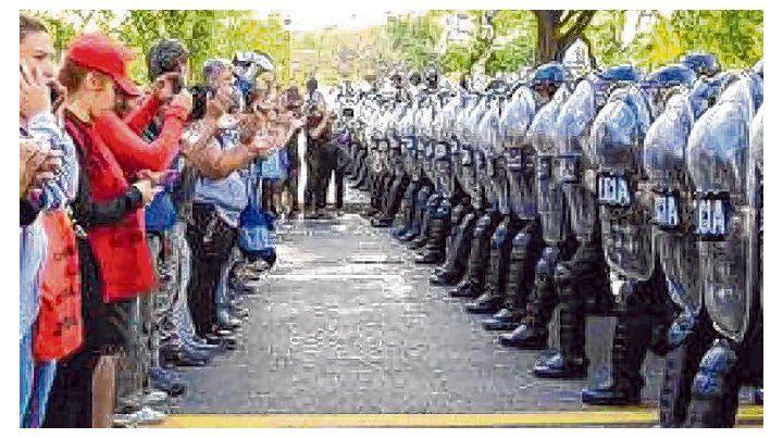 Represión. La policía del gobierno porteño respondió con golpes y gases la protesta por los sin techo.