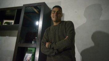 Esperanzado. Juan Silva en su casa. Sueña con volver a ver a su mamá, a su novia, y con retomar el estudio y el trabajo que tenía antes del robo.