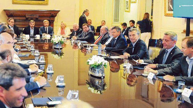 Pacto fiscal. El consenso firmado por Macri y los gobernadores en 2017 cambió el reparto de recursos.