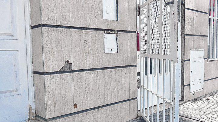 Vera Mujica al 3800. La casa de la familia de Diego Ochoa fue acribillada a la 0.20 de ayer desde un auto.