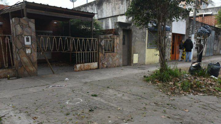 Lo balearon frente a la casa ubicada en Camilo Aldao al 3000.