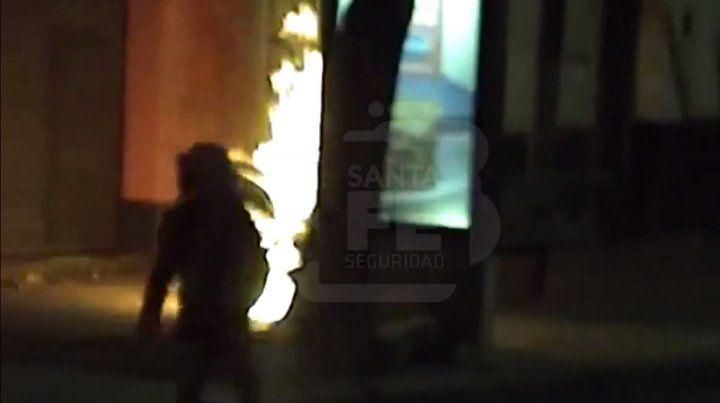 Le prendió fuego a una moto y quedó grabada en un video