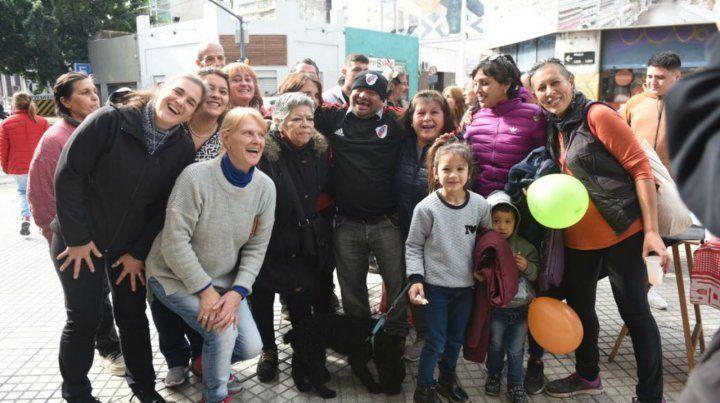 Todos con Ramón. La foto grupal para el álbum del cumpleaños del entrañable amigo del barrio.