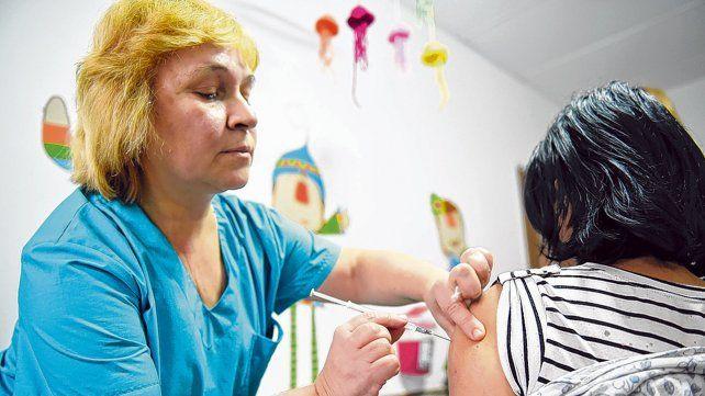 En el centro de salud. Las autoridades sanitarias hicieron hincapié en que los ciudadanos reconozcan que vacunarse es un derecho.