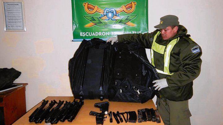 Doble fondo. Las armas incautadas ayer en el bolso de un brasileño.
