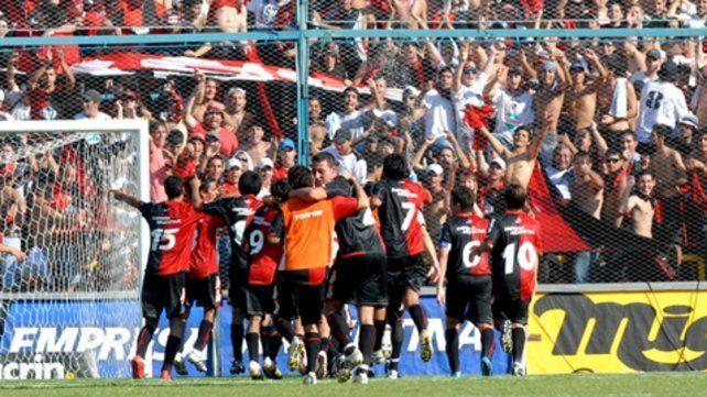 Gol incluido. Lema festeja junto a sus compañeros la victoria en reserva en 2010.
