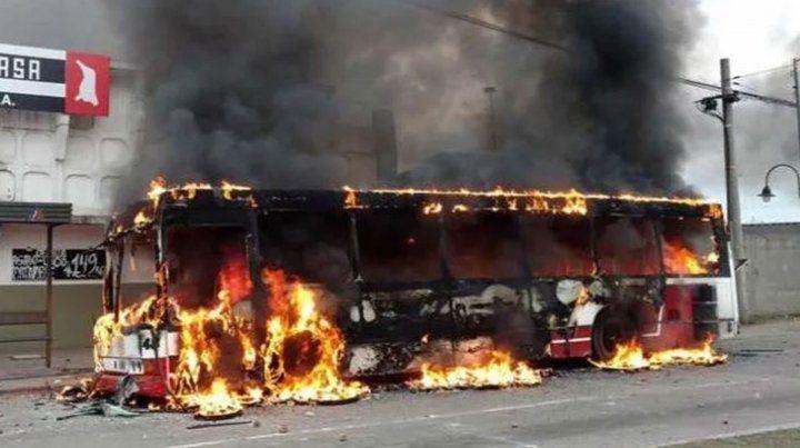 Dos baleados y micros incendiados en enfrentamiento de sindicalistas