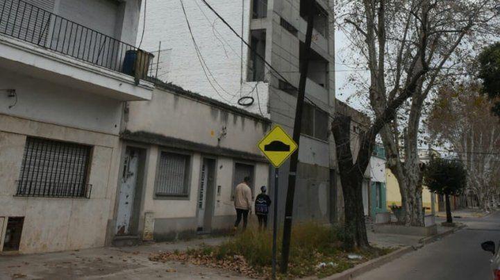 Balearon un edificio en zona oeste y dejaron un mensaje mafioso