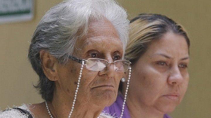 dolor. La madre y la hermana de Arévalo al retirarse de la morgue.
