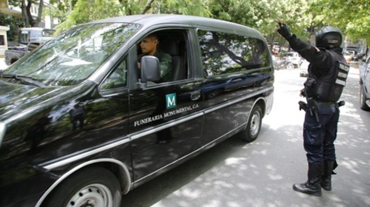 siniestro. El vehículo con el cuerpo del oficial llega al cementerio que eligió el gobierno