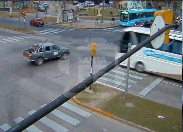 Un video muestra cómo un colectivo pasa un semáforo en rojo y choca