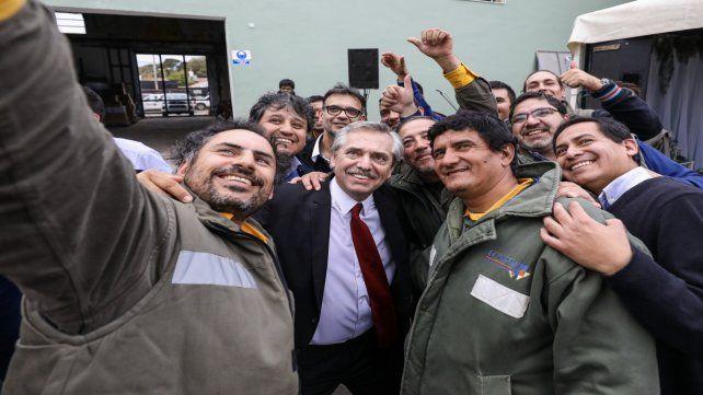 Selfie. Alberto Fernández hizo campaña en la provincia de Catarmarca.