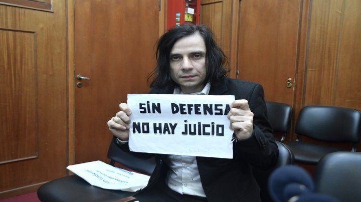 En la sala. Humberto Cristian Aldana mostró un cartel pero se retiró antes de la lectura del veredicto.