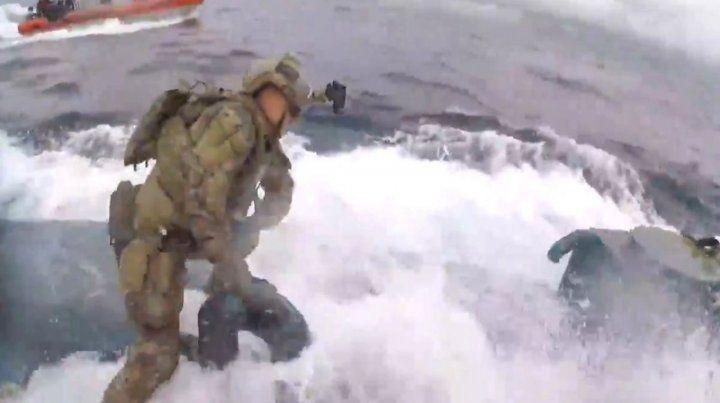 Valientes. Los comandos se montaron sobre el submarino narco.