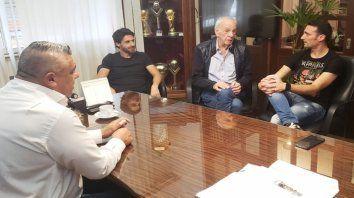 Buena sintonía. Tapia y Menotti, reunidos con Scaloni y uno de sus ayudantes, Pablo Aimar.