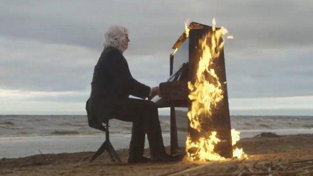 Un músico ciego ejecuta una melodía mientras el fuego devora su piano