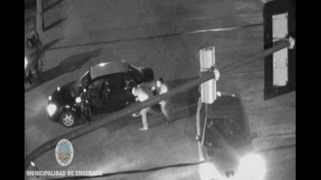 El agresor lanza una de sus primeras trompadas. Luego el taxista caería y recibiría otras siete u ocho en pleno rostro.