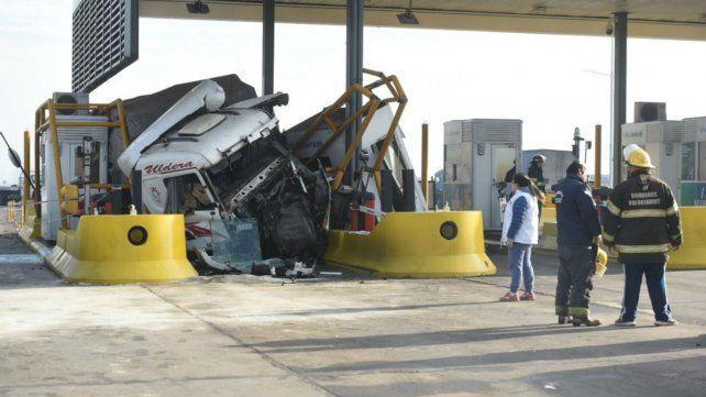 El camión quedó incrustado en el peaje de la autopista