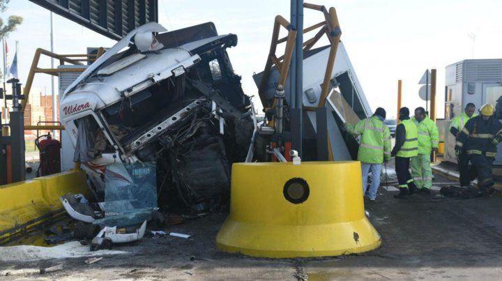 Varios heridos tras el choque de un camión contra una cabina de peaje en la autopista a Santa Fe