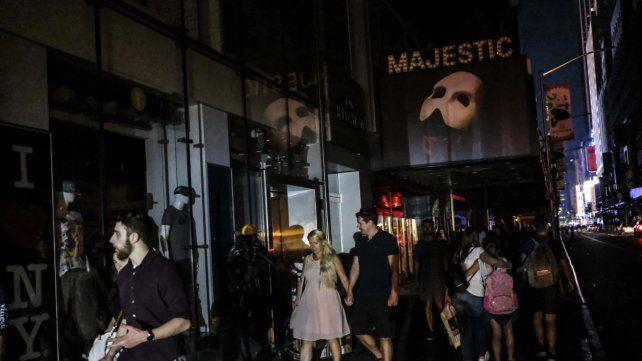 Los festejos en Nueva York al volver la luz tras un apagón de cuatro horas