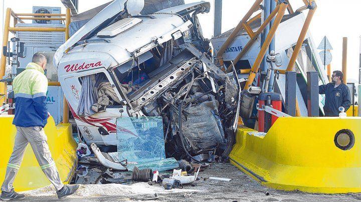 Tremendo impacto. El camión avanzó hacia el peaje a gran velocidad y chocó contra la cabina destrozándola. Se investigan las posibles causas.