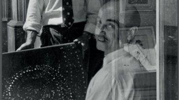 Autor. Lucio Fontana enseña uno de los primeros cuadros de la serie de los agujeros, en Milán, 1952.