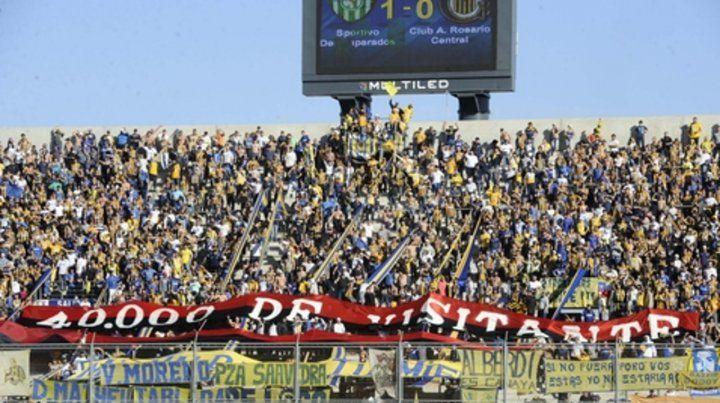 En la tribuna. La bandera robada en Newells apareció en el estadio único de San Juan el 23 de junio de 2012. Un día antes Alvarado dijo que así sería.