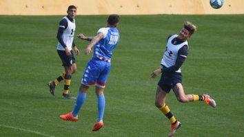 Ante Unión. Miguel Barbieri se eleva y despeja de cabeza ante el envío largo del equipo de Leo Madelón. Los canallas defendieron mucho mejor de lo que atacaron.