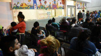 Espera eterna. La guardia del Hospital Vilela, ayer, colmada de madres esperando atención para sus hijos.