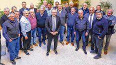 Respaldo. El candidato a presidente del Frente de Todos, ayer con jefes sindicales de la CGT en la sede de Upcn.