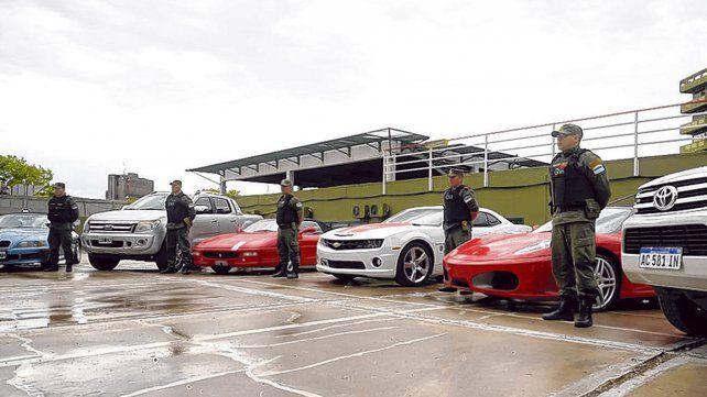 Entre los más de 45 vehículos incautados al Clan Loza hay tres Ferrari último modelo que irán a subasta.