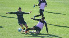 Goleador. Lovera, quien deja a un rival de Fénix en el camino, hizo ayer el único gol.