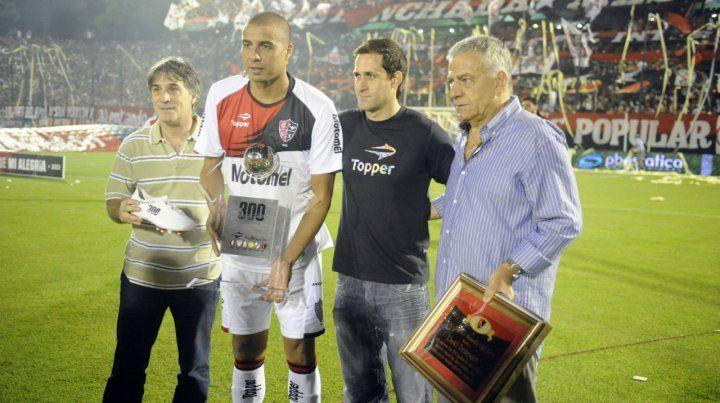 La dirigencia de Newells le entregó una plaqueta a Trezeguet con motivo de sus 300 goles. (Foto de archivo)
