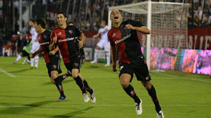 David Trezeguet festeja uno de sus goles con la camiseta rojinegra. (Foto de archivo)