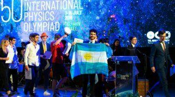Premiado. Juan Recoaro mostró la bandera argentina en Tel Aviv.