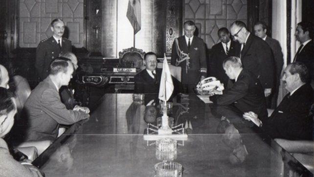Los dos astronautas y el embajador de EE.UU